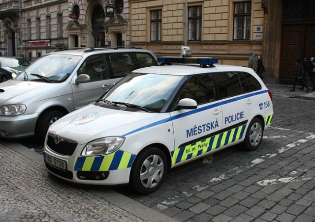 В Праге полицейский застрелился в служебном автомобиле