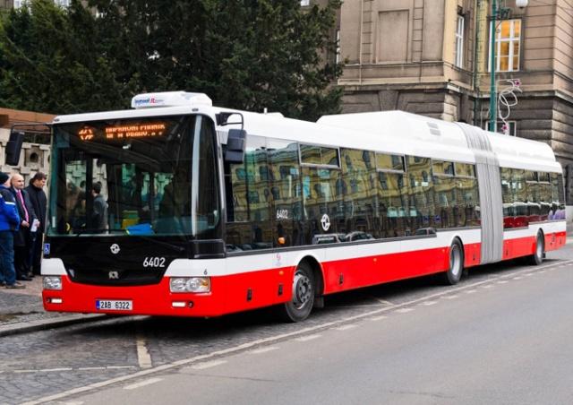В Праге водитель автобуса уснул за рулем. Его разбудили пассажиры