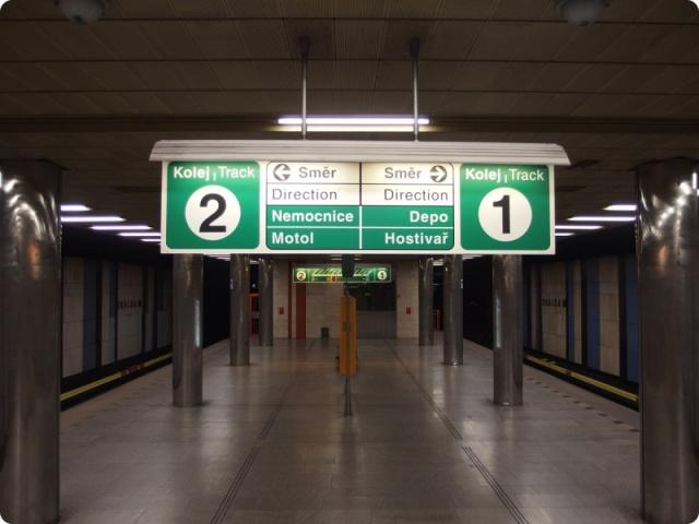 ВИДЕО: в пражском метро ограбили женщину
