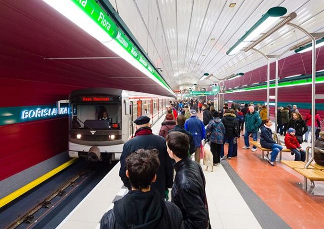 Человек упал под поезд на зеленой ветке пражского метро