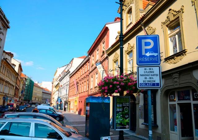Парковка в Праге вновь стала платной