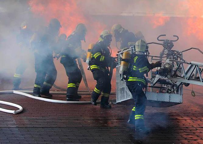 В Праге из-за пожара эвакуировали посетителей торгового центра: видео