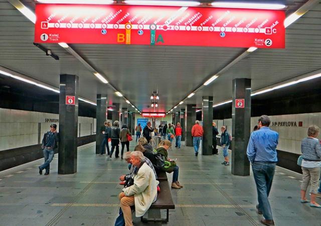 Женщина упала под поезд в метро Праги