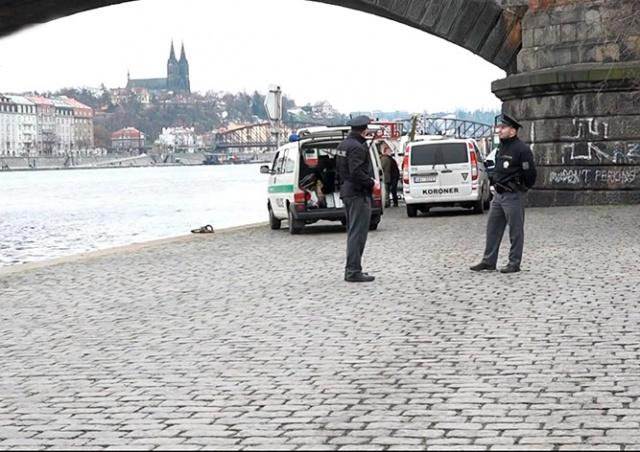 В центре Праги рыбаки выловили из реки снаряд времен Первой мировой