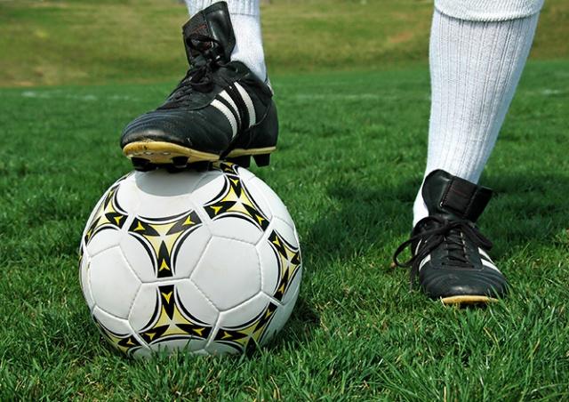 В Чехии футболист не стал забивать гол, увидев столкновение соперников: видео