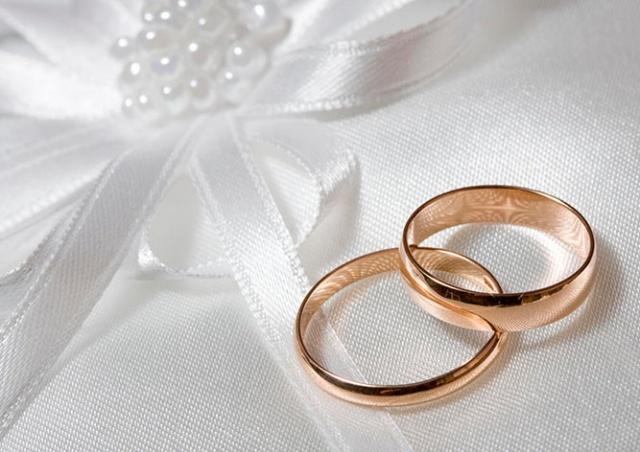 Необычное предложение: в России жених спрятал обручальное кольцо в животе