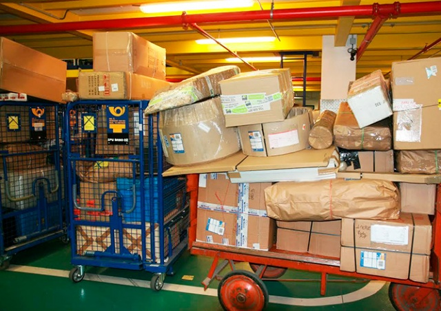 Видео: вот как «Чешская почта» обращается с посылками