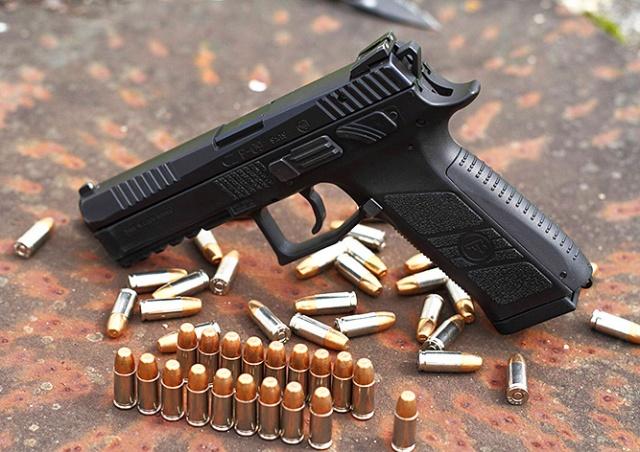 Непроизвольно выстреливший пистолет ранил мужчину в центре Праги