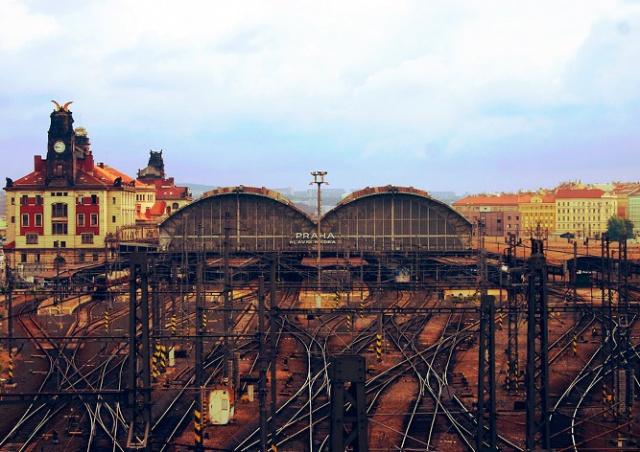 Едва отремонтированную крышу Главного вокзала Праги изуродовал вандал