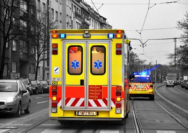 В Праге мотоциклист столкнулся с машиной скорой помощи
