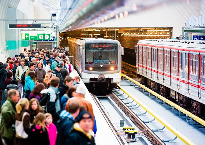 В метро Праги пассажира в последний момент вытащили с путей