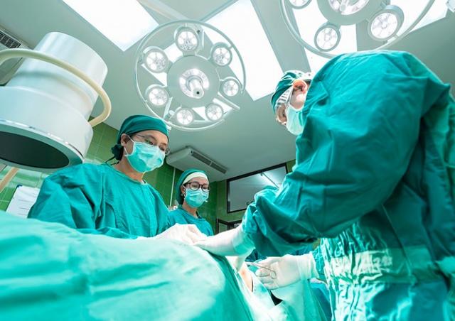 Названы средние зарплаты врачей и медсестер в Чехии