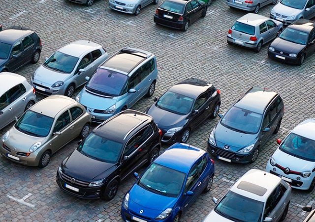 Прага 9 начала выдачу карт для новых парковочных зон