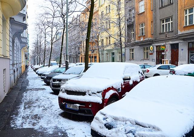Жителей Чехии предупредили о гололедице и падающем с крыш снеге