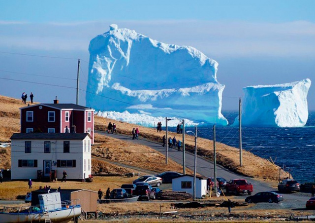 К берегу канадского городка «причалил» гигантский айсберг