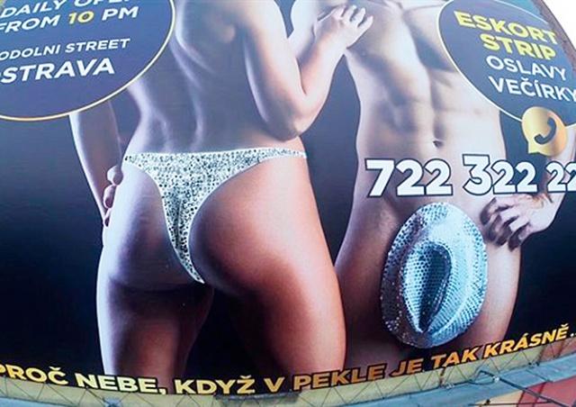 В Чехии голой девушке на билборде дорисовали трусы: видео