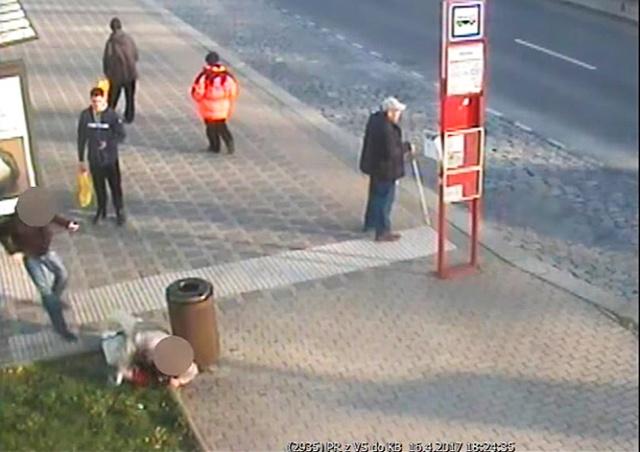 В Праге иностранец избил пенсионера на глазах у прохожих: видео