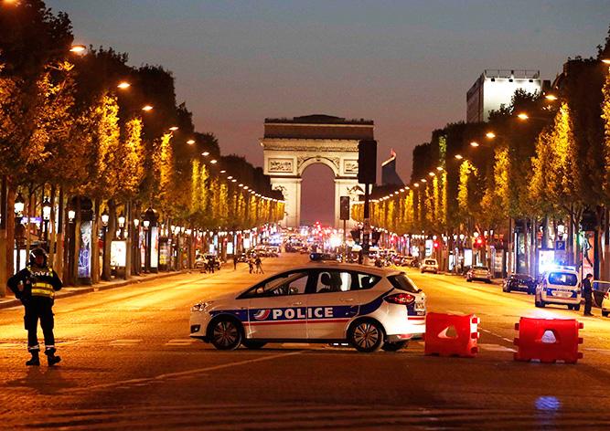 Террорист расстрелял полицейских в центре Парижа