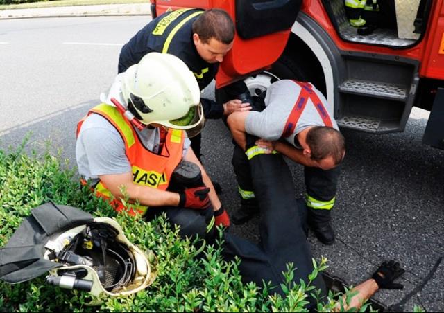 Пражские пожарные спасли из канализационного люка двух утят