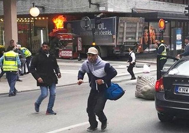 Грузовик въехал в толпу прохожих в Стокгольме: есть жертвы