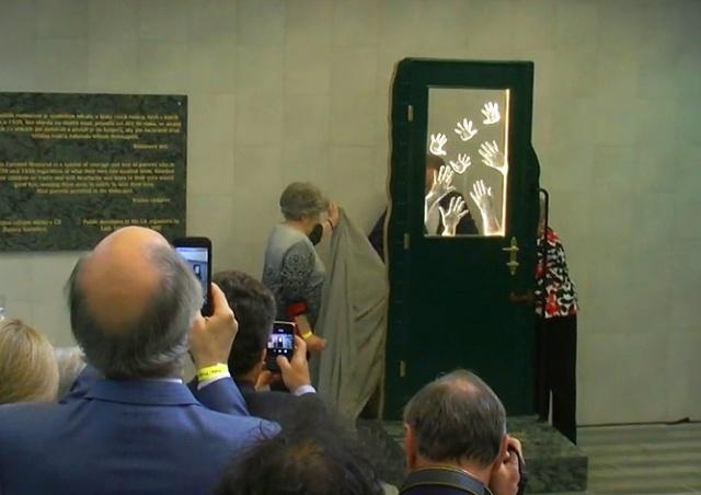 На Главном вокзале Праги открыли памятник мужественным родителям