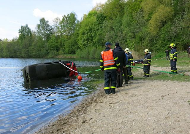 Водолазы нашли на дне чешского пруда 4 машины и разменный автомат: видео