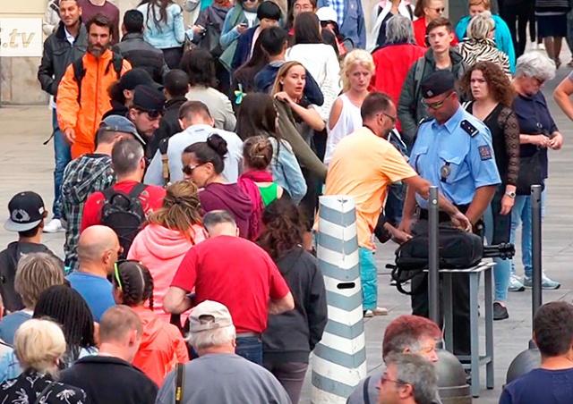 Туристы теряют интерес к Пражскому Граду из-за огромных очередей: видео