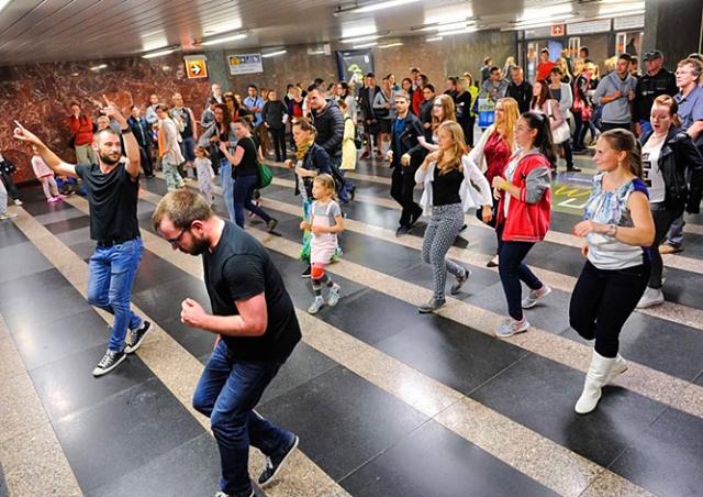 Видео: метро Праги на один день превратилось в танцплощадку