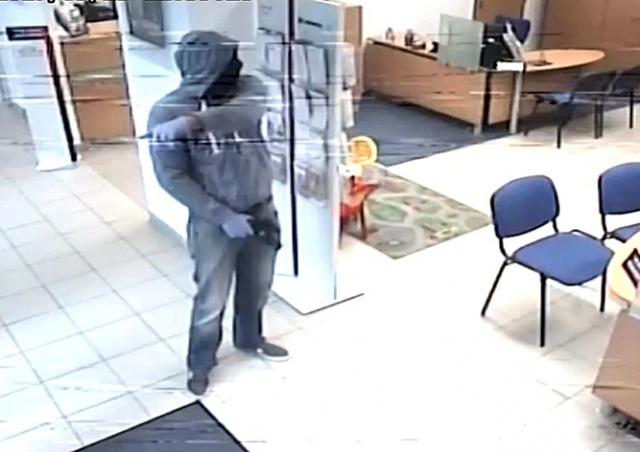 В Праге преступник дважды ограбил один и тот же банк: видео