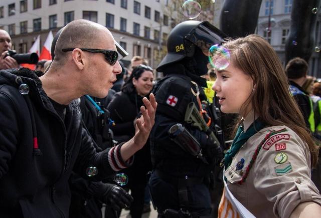 Фото противостояния чешской девушки и неонациста облетело мировые СМИ