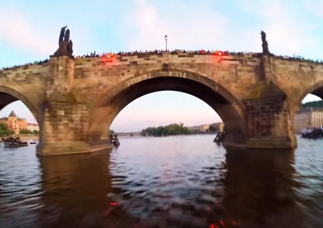 Вечером 15 мая под Карловым мостом Праги пролетит парашютист