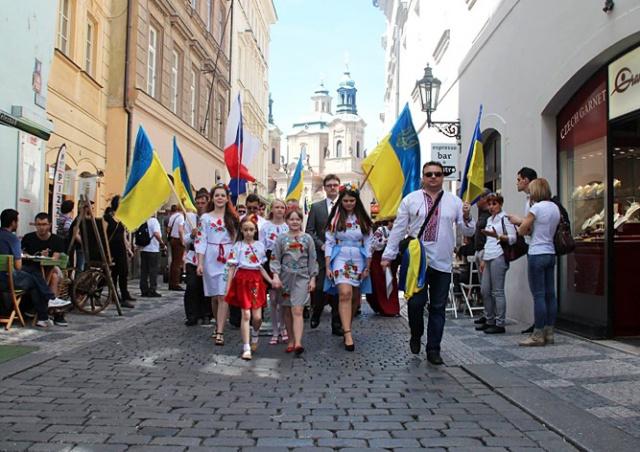 В центре Праги прошел украинский марш вышиванок: видео