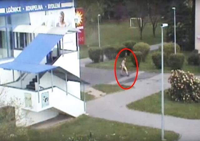 «Быть голым – нормально»: полиция Праги задержала «нудиста»