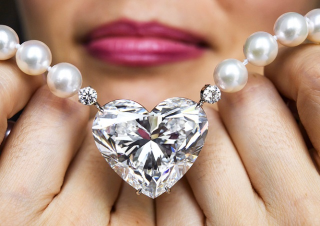 Бриллиант в форме сердца продали на аукционе за рекордную сумму