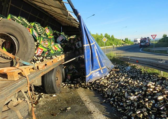 Какая боль: в Чехии водитель фуры разбил сотни бутылок с пивом