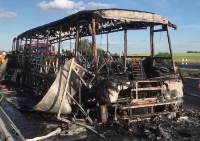 От сгоревшего у Праги автобуса остался один каркас