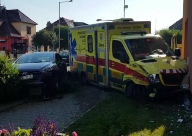 В Праге скорая помощь с пациенткой попала в аварию