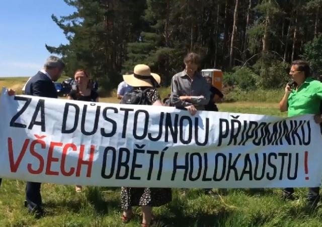 В Чехии цыгане потребовали снести свинарник на месте бывшего концлагеря