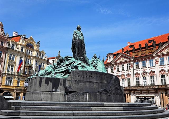 Иностранцы разделись на памятнике Яну Гусу в центре Праги: видео