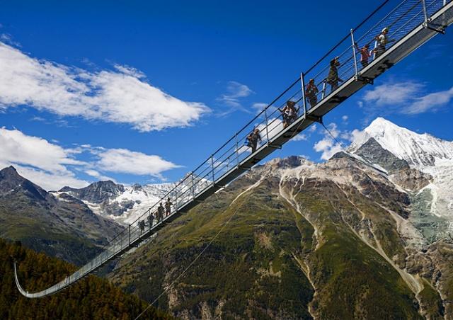 В Швейцарии открыли самый длинный подвесной пешеходный мост в мире