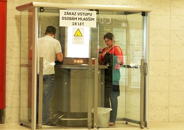 В аэропорту Праги установили будки для курения