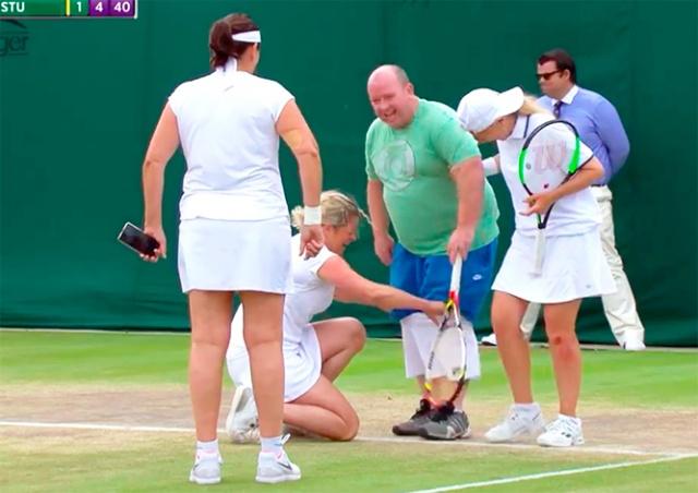 Теннисистки на Уимблдоне заставили сыграть дававшего советы болельщика: видео