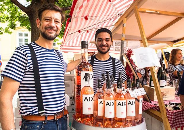 В центре Праги открылся французский продуктовый рынок: фото