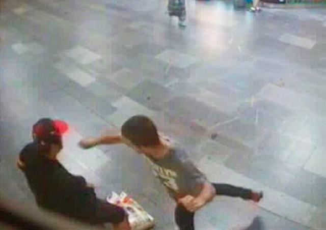 В Праге неизвестный средь бела дня ударил и ограбил пассажира метро: видео