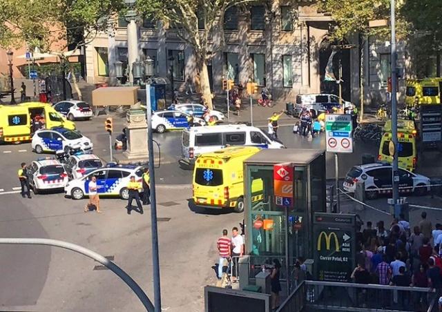 Теракт в Барселоне: фургон въехал в толпу пешеходов в центре города