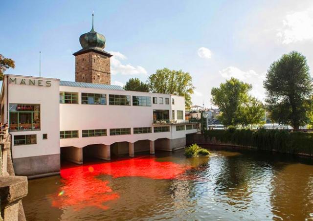 Разукрасившие реку в Праге активисты избежали наказания