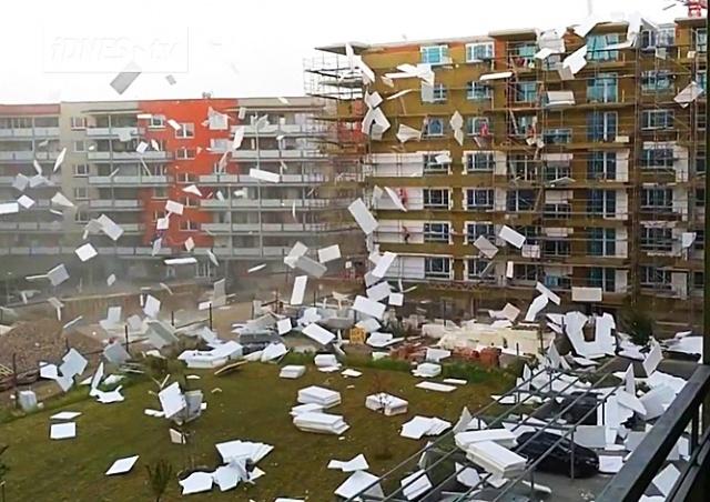 Ветер поднял на смех строителей в Чехии: видео