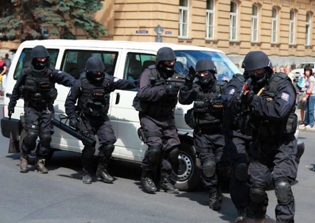 В Праге полицейский спецназ «скрутил» незадачливых шутников