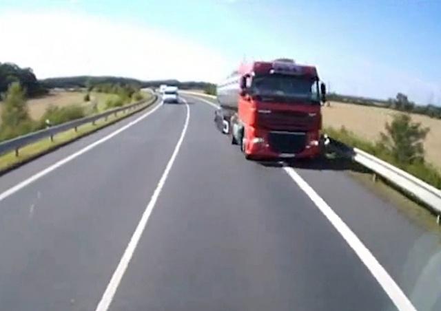 В Чехии фуры чудом избежали лобового столкновения: видео