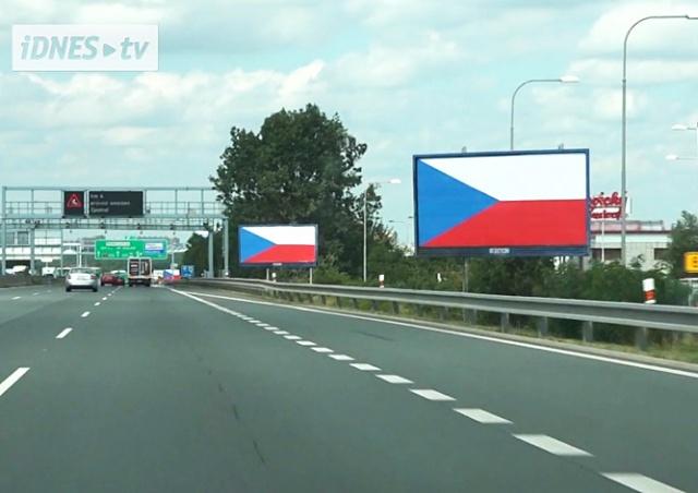 В Чехии рекламщики пытаются флагом защитить билборды от сноса
